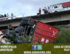 Tráiler accidentado en la ruta al Atlántico, Río Hondo, Zacapa, donde autoridades no reportaron personas heridas. (Foto Prensa Libre: CBMD)