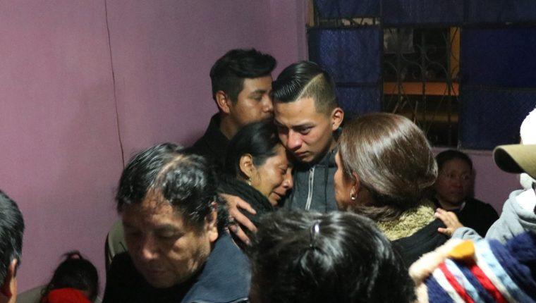 David Velásquez es consolado por una de sus tías mientras otros amigos y familiares lamentan lo sucedido. (Foto Prensa Libre: María Longo)