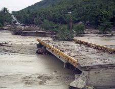Cada año, durante la época de lluvia, las carreteras del país colapsan y el riesgo de inundaciones y derrumbes es constante. (Foto Prensa Libre: Hemeroteca PL)