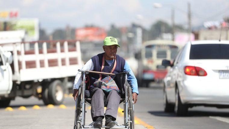 Benedicto Gonón, 62, quien padece parálisis en las piernas, sale todos los días de su casa a pedir dinero a la avenida La Independencia. (Foto Prensa Libre: Mynor Toc)