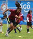 Las jugadoras de Deportivo Xela entrenan de martes a viernes de 14 horas en adelante en las instalaciones del Centro Intercultural. (Foto Prensa Libre: Raúl Juárez)