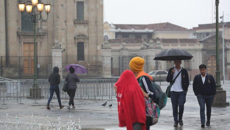 El Insivumeh recomienda protegerse de la lluvia y abrigarse bien. (Foto Prensa Libre: Estuardo Paredes)