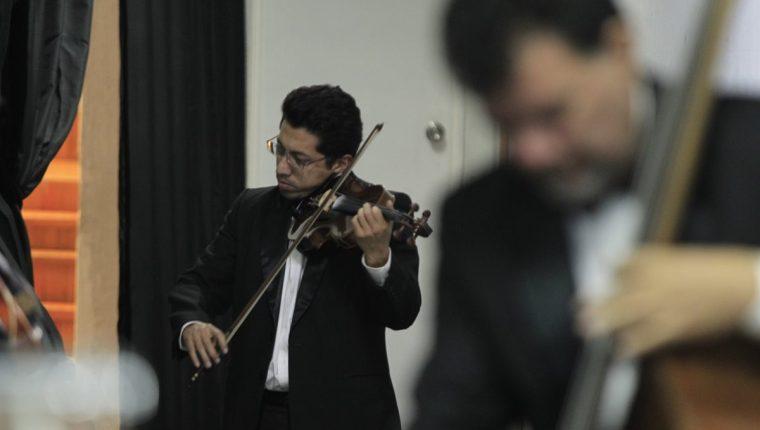 Los músicos de la OSN preparan con dedicación sus instrumentos previo a cada concierto. (Foto Prensa Libre: Carlos Hernández)