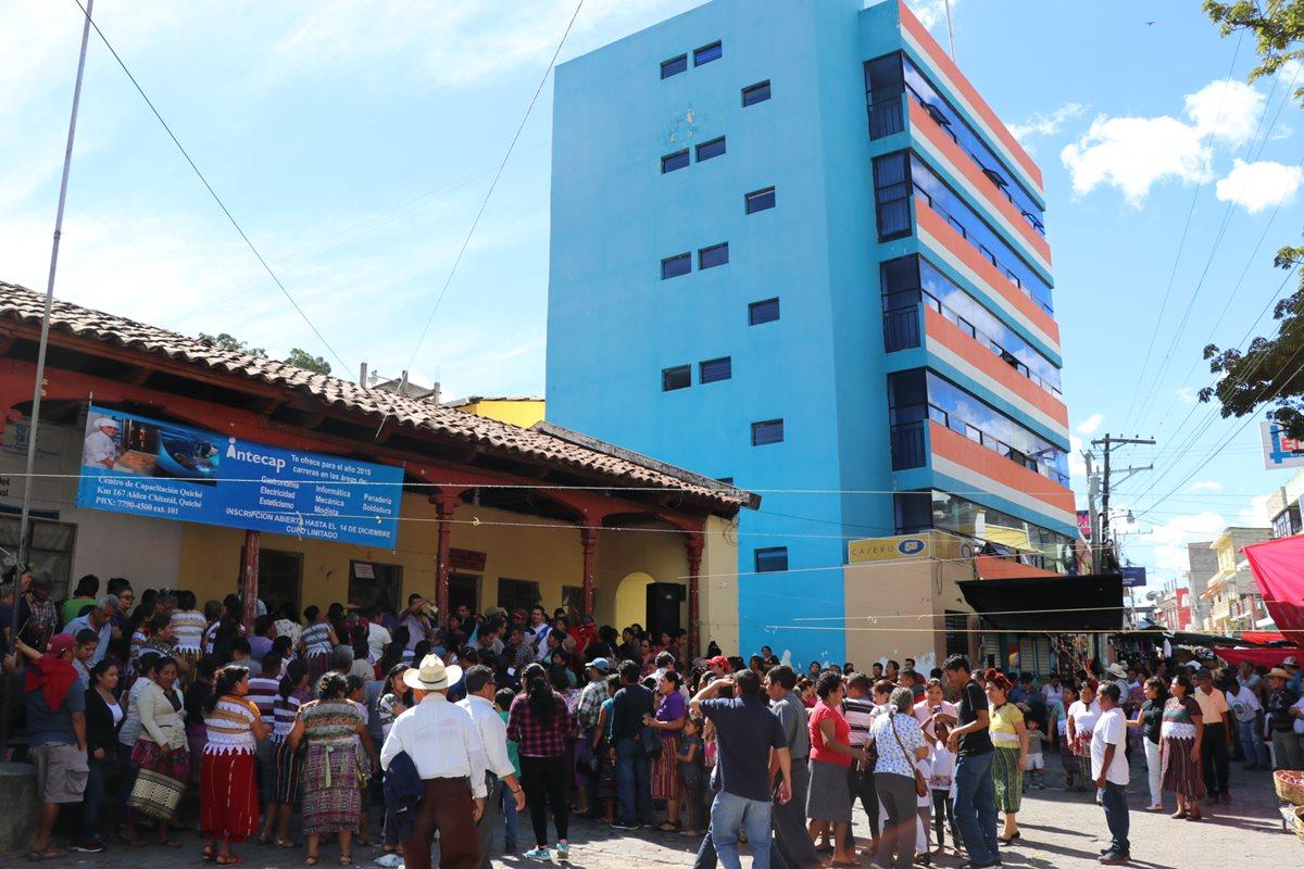 Vinos se aglomeran a un costado de la municipalidad de Sacapulas, Quiché, en protesta por la falta de agua entubada, (Foto Prensa Libre: Yésica Tol)