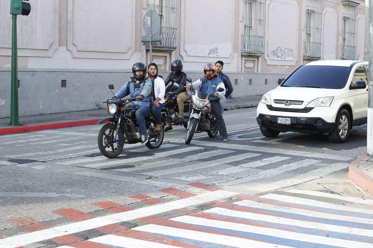 Los motociclistas son multados con Q500 por no portar casco protector o cuando el acompañante carezca de este. (Foto Prensa Libre: Hemeroteca PL)