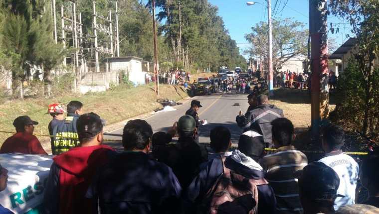 Escena del crimen es resguardada por agentes de la PNC en San Martín Jilotepeque, Chimaltenango. (Foto Prensa Libre)