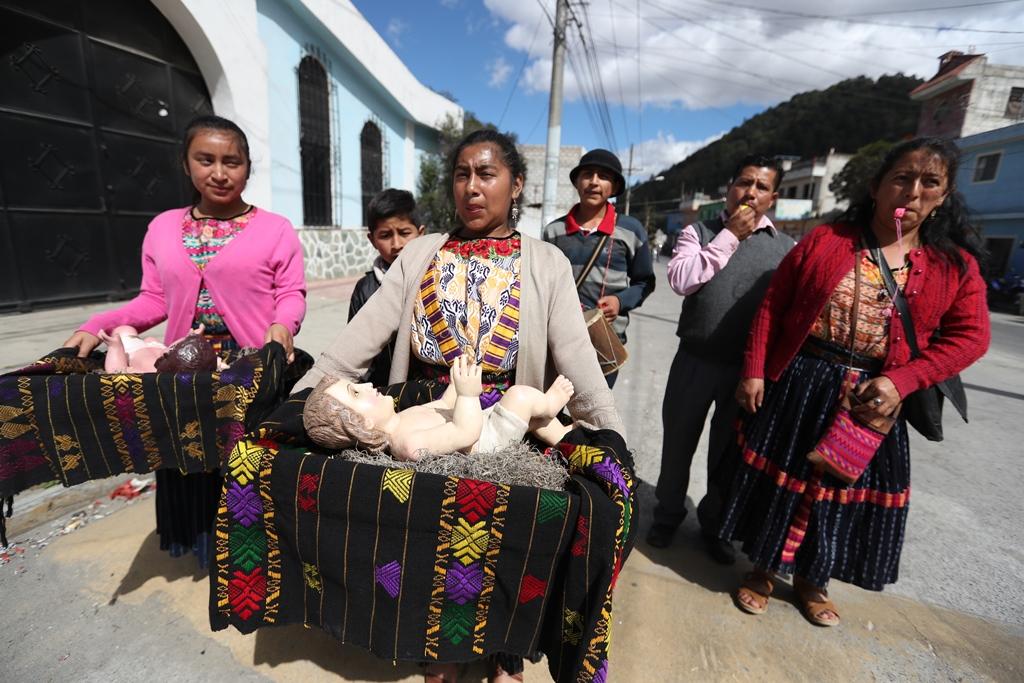 En los barrios más antiguos de Xela sigue viva la tradición de llevar a la imagen del Niño Jesús de visita a los hogares de familias católicas. (Foto Prensa Libre: Mynor Toc)