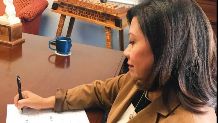 La congresista Norma Torres firma la iniciativa de ley que pretende sancionar a guatemaltecos señalados por actos corruptos. (Foto Prensa Libre: Twitter)