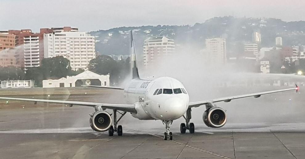 """Unidad de Volaris, durante el tradicional """"bautizo"""" en el Aeropuerto Internacional. (Foto: cortesía Volaris)"""