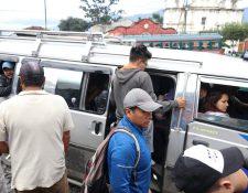 Usuarios del transporte de Antigua Guatemala a la capital utilizan microbuses para llegar a su destino, pero les cobran Q5 adicionales para llevarlos a San Lucas Sacatepéquez. (Foto Prensa Libre Renato Melgar)