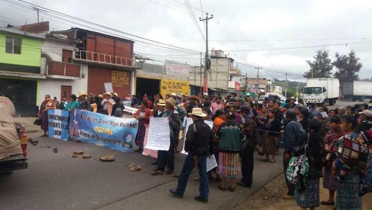 Manifestantes mantienen bloqueado el paso de vehículos en el km 55 de la ruta Interamericana, Chimaltenango. (Foto Prensa Libre: Víctor Chamalé)