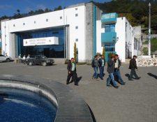 Autoridades ediles electas se retiran del edificio municipal de Santa Apolonia, Chimaltenango. (Foto Prensa Libre: José Rosales).
