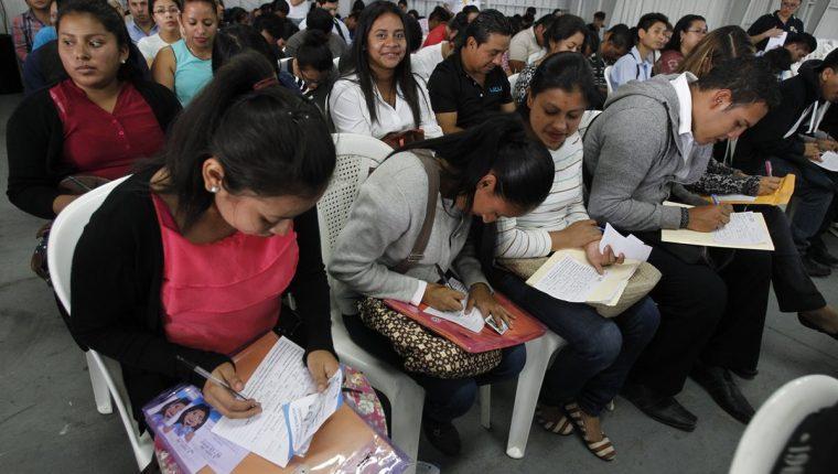 Candidatos reciben orientación laboral previo a ingresar a feria del empleo. (Foto Prensa Libre: Paulo Raquec)