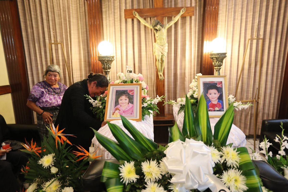 Familiares lloran a los hermanitos Dieglo y Jennifer Sam Navarro, quienes murieron en el percance. (Foto Prensa Libre: Érick Ávila)