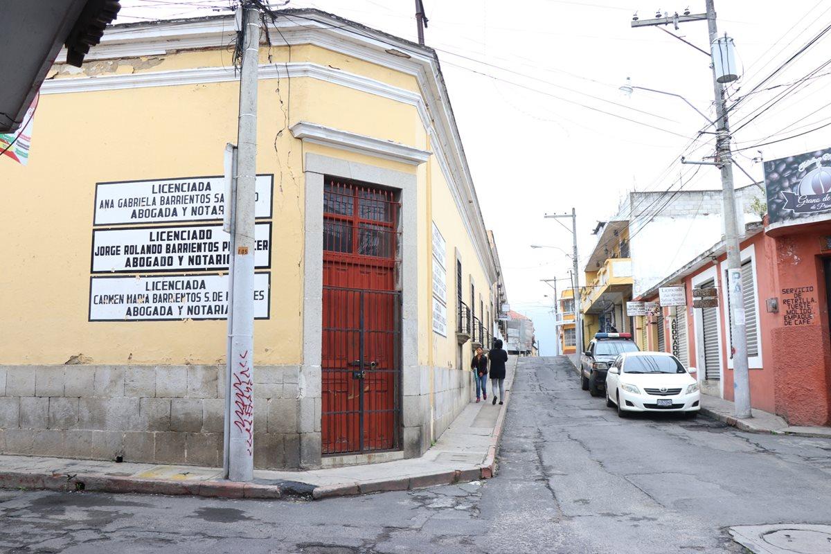 El MP y la PNC realiza allanamientos en una de las oficinas de Barrientos, zona 1 de Xela. (Foto Prensa Libre: María José Longo)