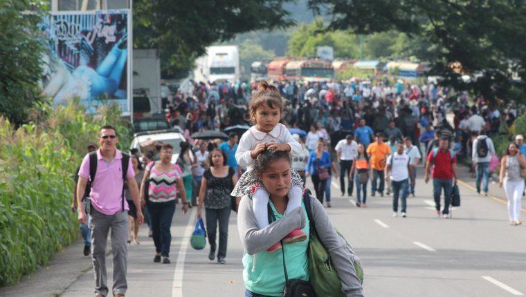 Miles de personas tuvieron que caminar debido al bloqueo en El Boquerón, Santa Rosa. (Foto Prensa Libre: Hugo Oliva)