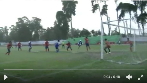 Momento en el que el volante Carlos Morales define de chilena. (Foto Prensa Libre: Twitter Chimaltenango FC)