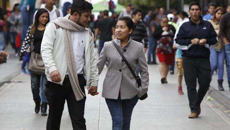 La recomendación es salir abrigado para evitar enfermedades. (Foto Prensa Libre: Hemeroteca PL)