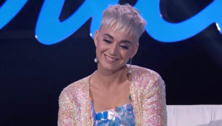 Katy Perry no pudo hacer más que reírse mientras veía a sus padres (Foto Prensa Libre: YouTube / American Idol).