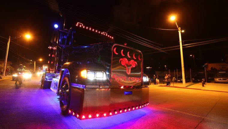 El cabezal con la imagen del un chivo y con la frase Sexto Estado fue atracción de la noche.(Foto Prensa Libre: Mynor Toc)