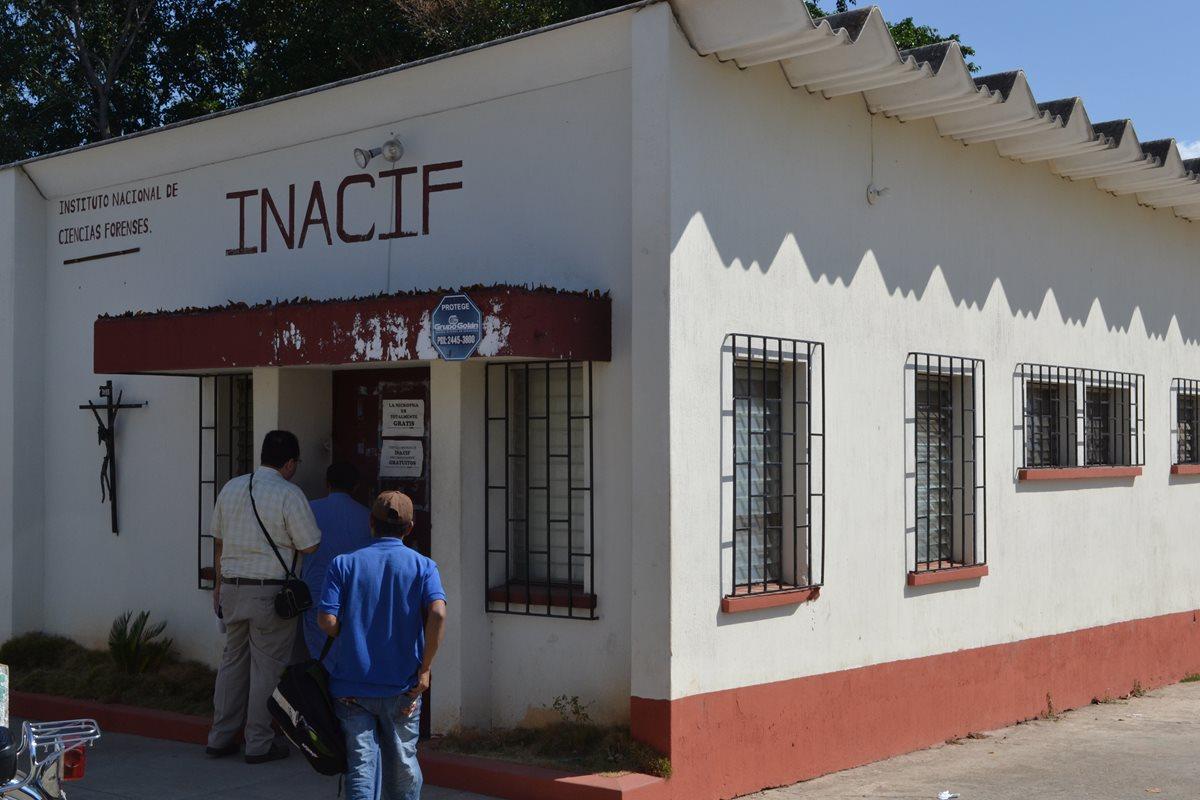 Los cuerpos de los hermanos García fueron trasladados a la morgue del Inacif, en Chiquimula. (Foto Prensa Libre: Edwin Paxtor)