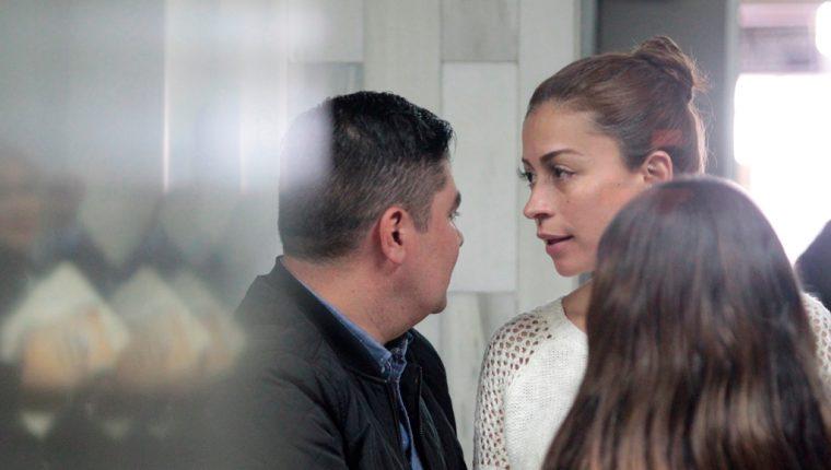 Byron Estuardo Amézquita y Ligia María Loarca de Amézquita son acusados por haber comercializado vehículos robados. (Foto Prensa Libre: Carlos Hernández)