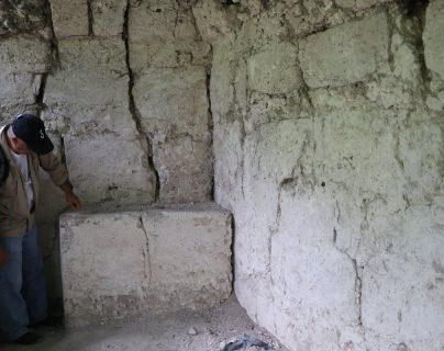 El arqueólogo Benito Burgos Morales señala el juego de patolli, descubierto en el palacio 5D105 de Tikal. (Foto Prensa Libre: Rigoberto Escobar)