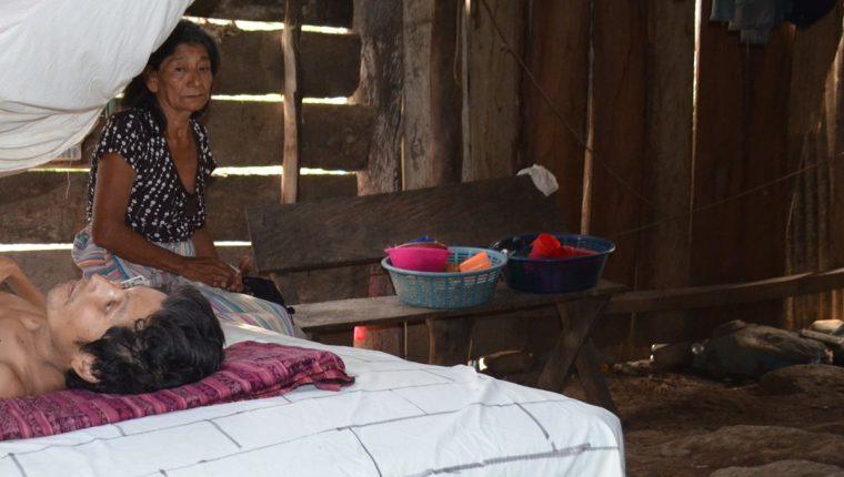 Raimundo Cruz Joaquín, en San Andrés Villa Seca, permanece en cama debido a tres enfermedades que padece. (Foto Prensa Libre: Jorge Tizol)