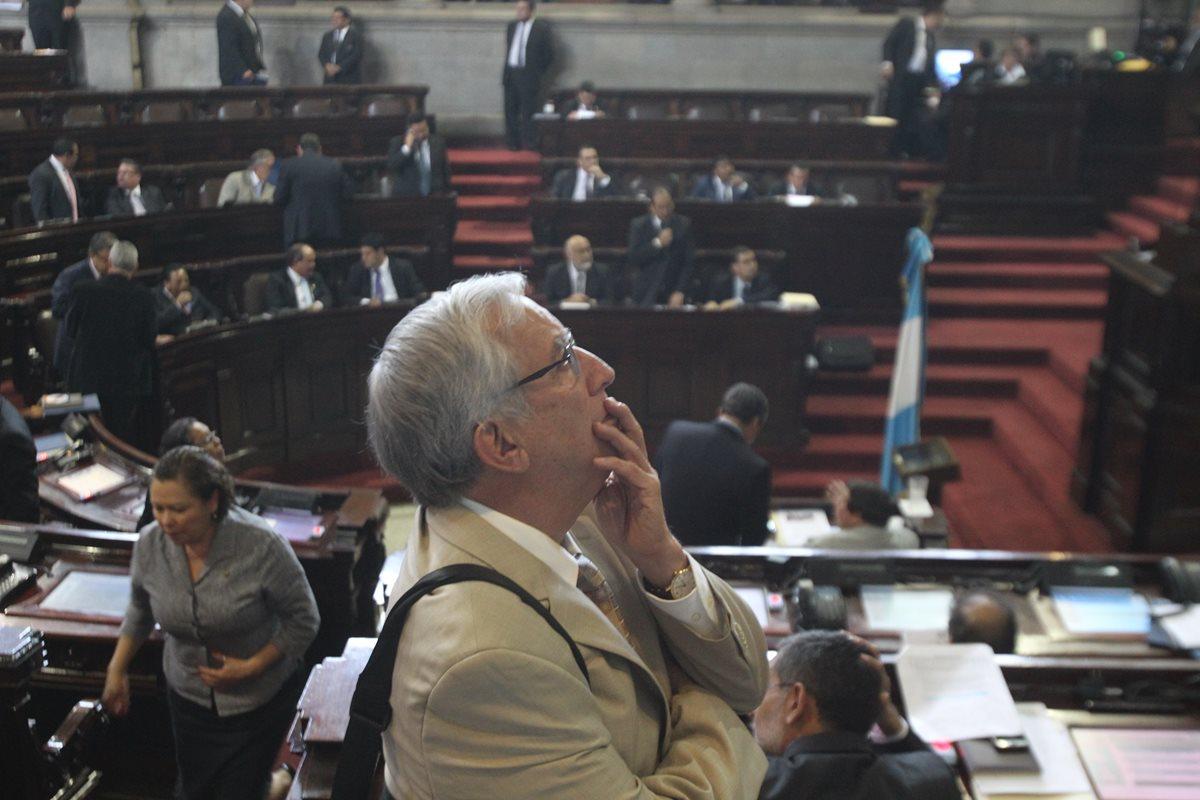 Oliverio García retira candidatura presidencial al Congreso