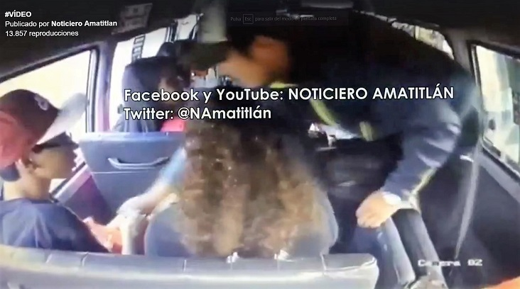 En video quedó grabado el momento en el que dos hombres asaltan a los pasajeros de un bus en Villa Nueva. (Foto Prensa Libre: Noticias Amatitlán)