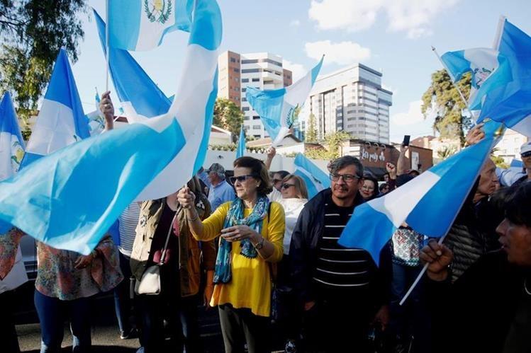 Frente a la sede de la Cicig, en zona 14, se congregaron decenas de personas a celebrar la expulsión de esa comisión. (Foto Prensa Libre: por EFE)
