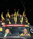 Manuel Rodas y su equipo Decorabaños saludan con emoción a las personas que salieron al paso de la caravana. (Foto Prensa Libre: Raúl Juárez)