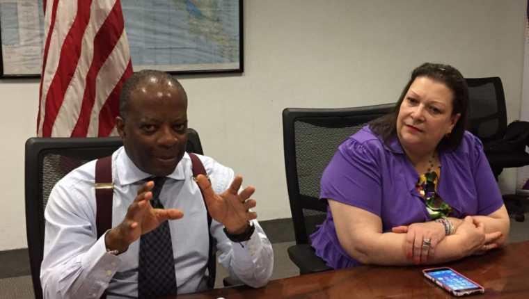 El Embajador Robinson y la Ministra Consejera, Charisse Phillips, en la reunión con periodistas. (Foto Prensa Libre: tomada de @usembassyguate)