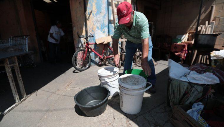 Debido a la escasez de agua, decenas de familias del área metropolitana deben comprar el vital líquido, ya sea en cubetas, cisternas o toneles. (Foto Prensa Libre: Hemeroteca)