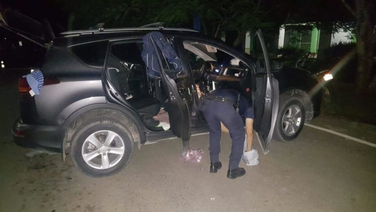 La policía de Honduras revisa el vehículo del juez y la abogada. (Foto Prensa Libre: Policía Nacional)