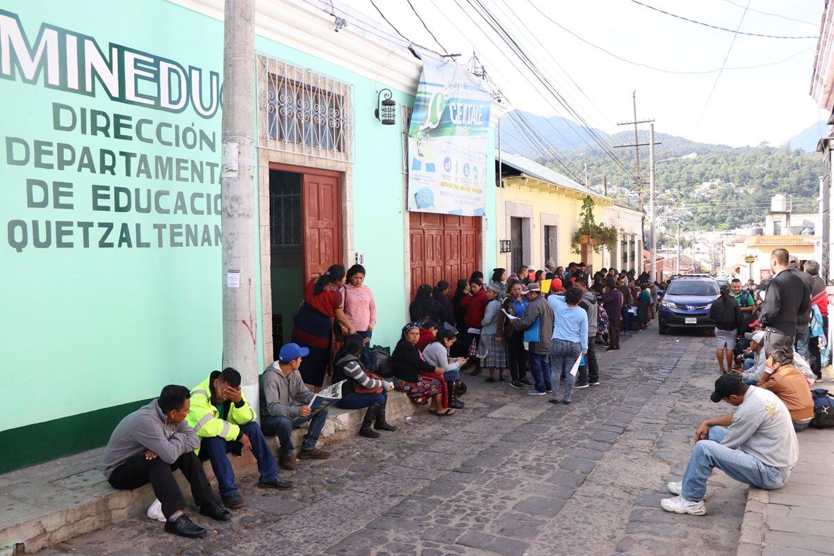 La fila de maestros empezó a formar el domingo, hoy es el último día para entregar papelería en la departamental. (Foto Prensa Libre: María José Longo)