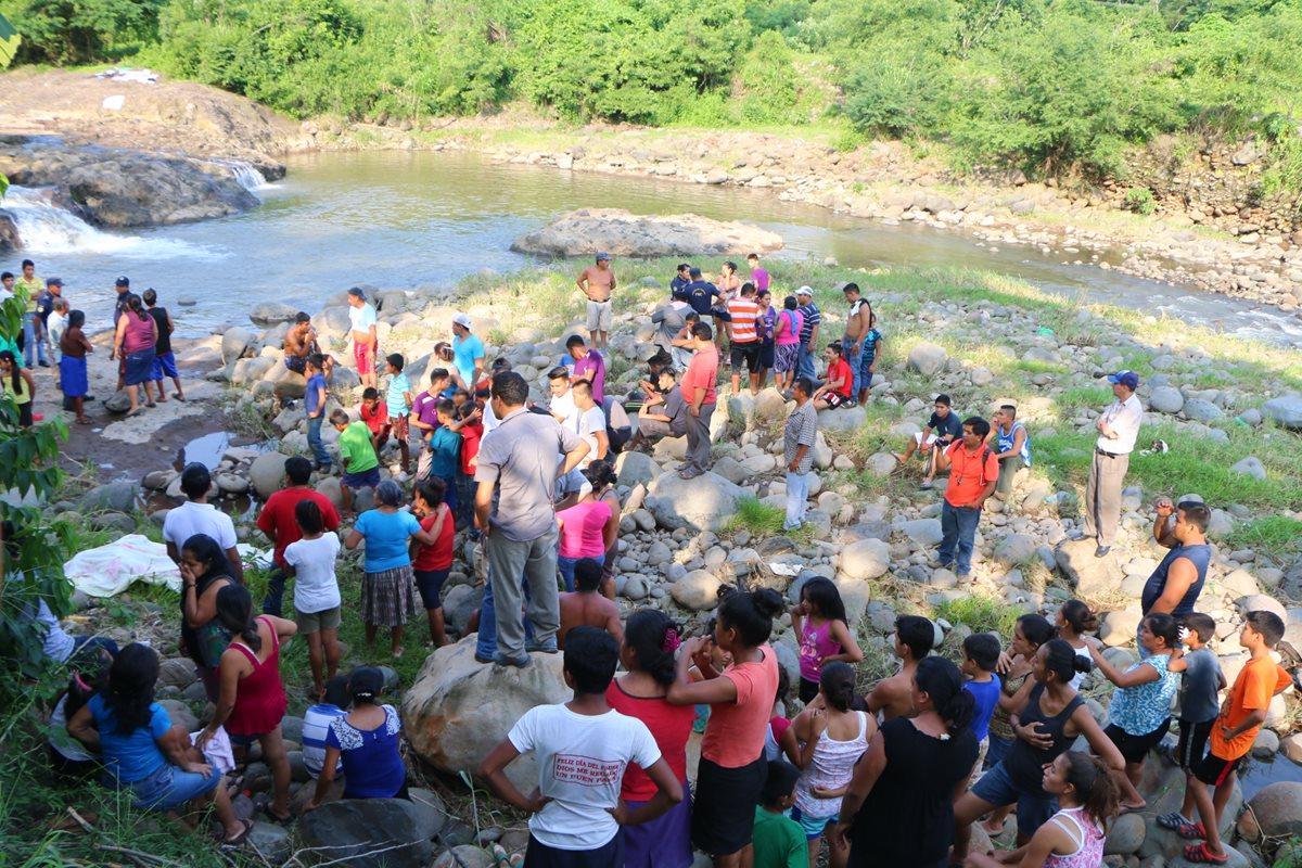 Vecinos y socorristas localizaron el cadáver de un hombre que fue arrastrado por el río Ocosito. (Foto Prensa Libre: Rolando Miranda)