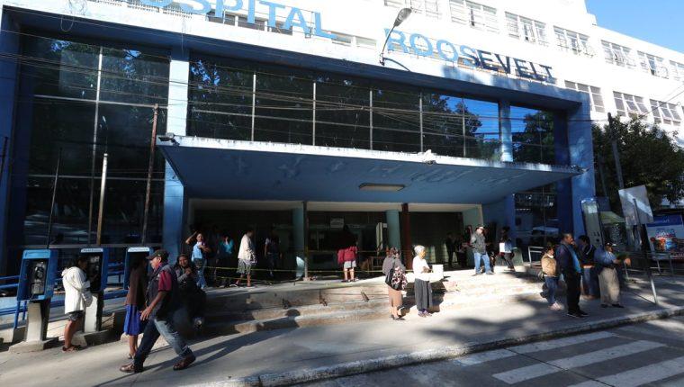 Los médicos del Hospital Roosevelt se declararon en asamblea permanente hace tres semanas para exigir una mejora salarial. (Foto Prensa Libre: Hemeroteca PL)