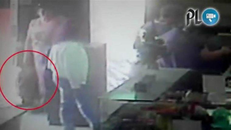 Robo es captado por una cámara de seguridad en una librería de Xela. (Foto Prensa Libre)