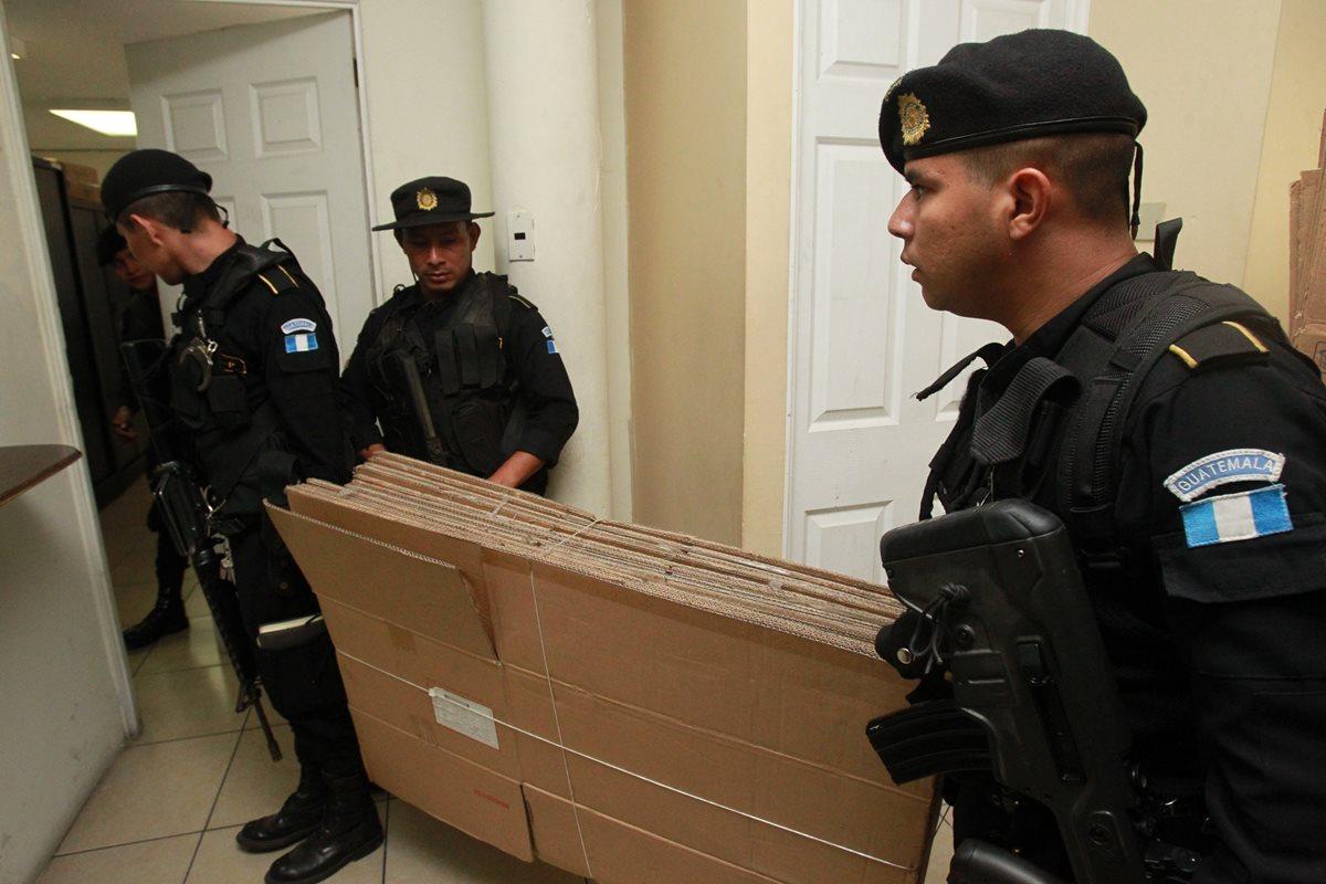 Esta semana fueron destituidos tres subdirectores de la PNC y 15 mandos medios. (Foto Prensa Libre: Hemeroteca)