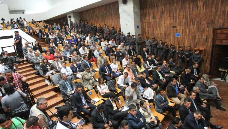 Este día, el juez del caso cooptación del Estado ligó a proceso más de 50 personas señaladas por diversos delitos según la acusación del MP. (Foto Prensa Libre: P. Raquec)