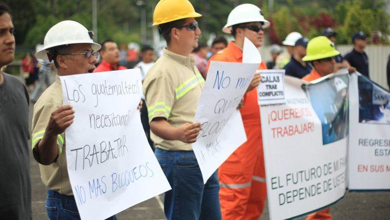 Más de mil personas entre trabajadores y proveedores de la Mina San Rafael realizaron una protesta pacifica frente a la Corte Suprema de Justicia (CSJ) por la suspensión de las licencias de la minera. (Foto Prensa Libre: Esbín García)
