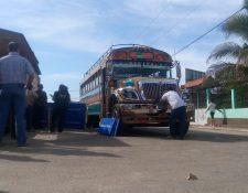 Fiscales del Ministerio Público recaban evidencias en el bus donde ocurrió el asalto. (Foto Prensa Libre: Carlos Paredes)