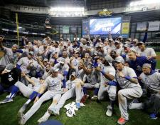 Los Dodgers celebraron su clasificación a la Serie Mundial y ganar la Liga Nacional de las Grandes Ligas. (Foto Prensa Libre: EFE)