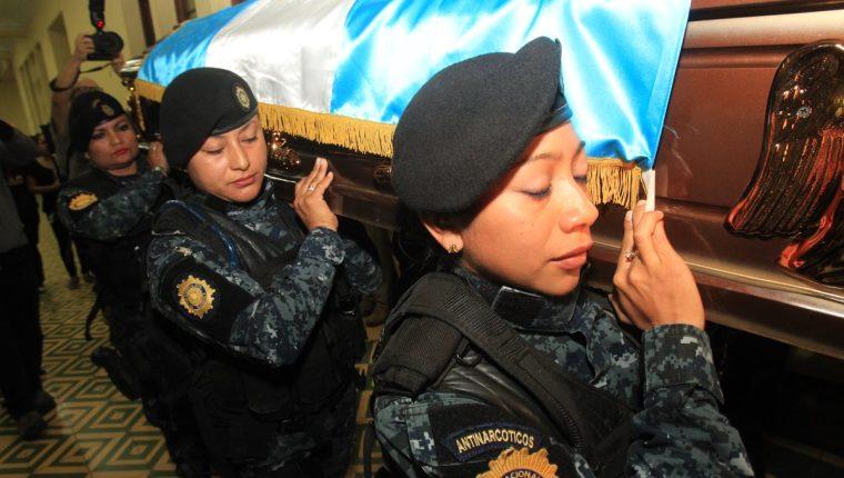 PNC rindió homenaje a los tres uniformados que fueron ultimados horas después de la toma de control de Etapa 2. (Foto: Estuardo Paredes)