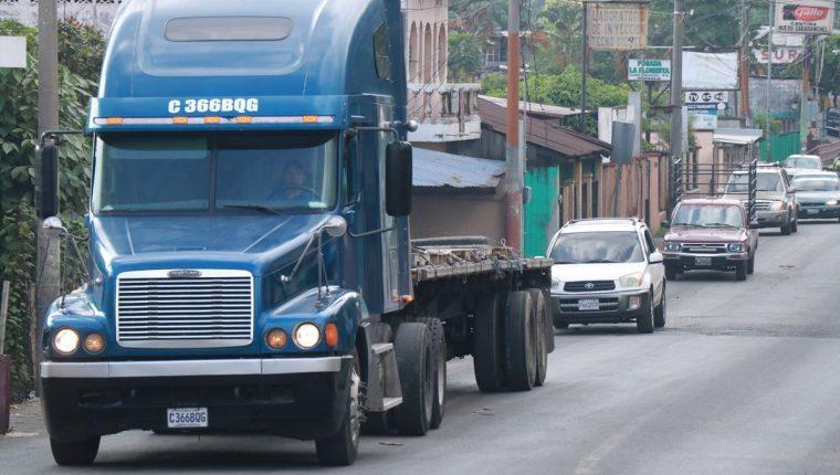 El paso de vehículos por Cuyotenango, Suchitepéquez, se ha complicado, por lo que se proyecta construir un libramiento. (Foto Prensa Libre: Cristian I. Soto)