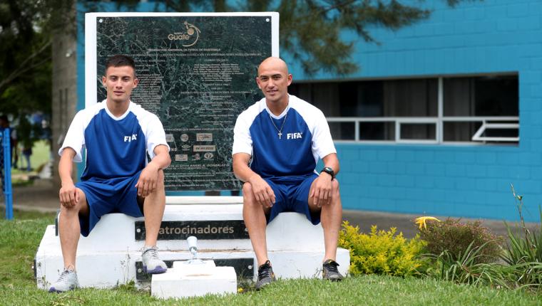 Ángel Cabrera y Eduardo Soto comparten el amor por Quiché y por la Selección Nacional. (Foto Prensa Libre: Edwin Fajardo)