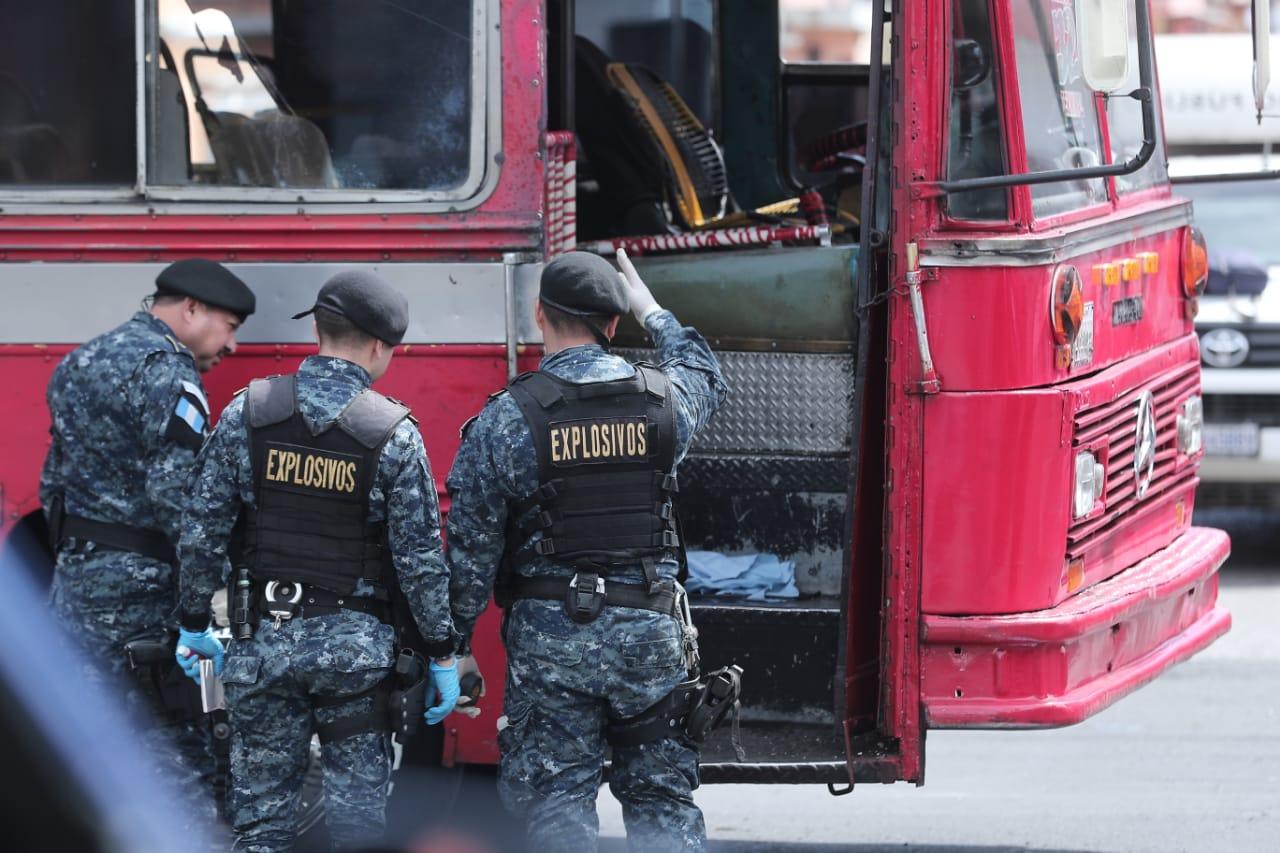 Agentes antiexplosivos buscan determinar el tipo de artefacto utilizado. (Foto Prensa Libre: Juan Diego González)
