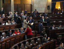 El ministro de Finanzas Víctor Manuel Martínez y el jefe de la SAT, Abel Cruz Calderón (tercero) exponen ante diputados las asignaciones de gasto del proyecto del presupuesto para el 2019 ante diputados de oposición. (Foto Prensa Libre: Óscar Rivas Pu)