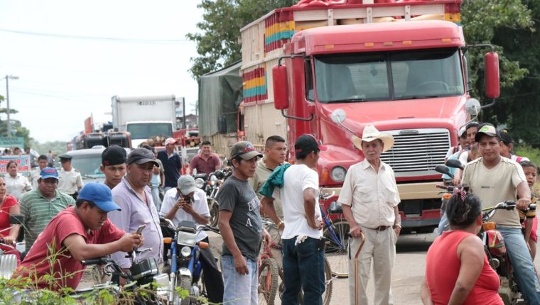 Los vecinos bloquearon el acceso a San José la Máquina, Suchitepéquez. (Foto Prensa Libre: Cristian Soto)